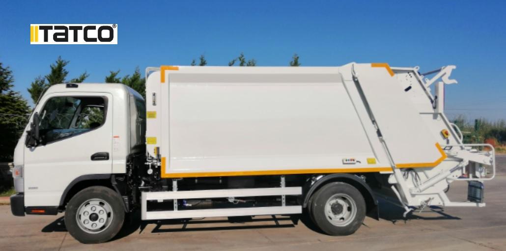 Caminhões compactadores de lixo.