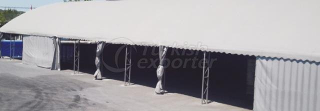 Entrepôt et tentes d'usine